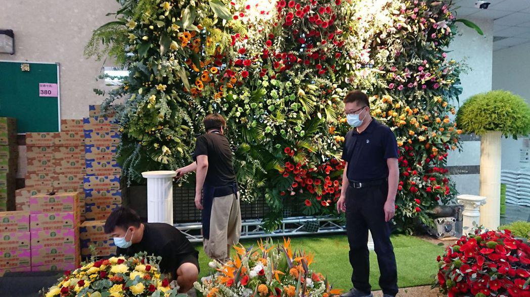 田尾鄉農會辦公大樓的一樓大廳佈置大型花牆以振興花卉產業。記者簡慧珍/攝影