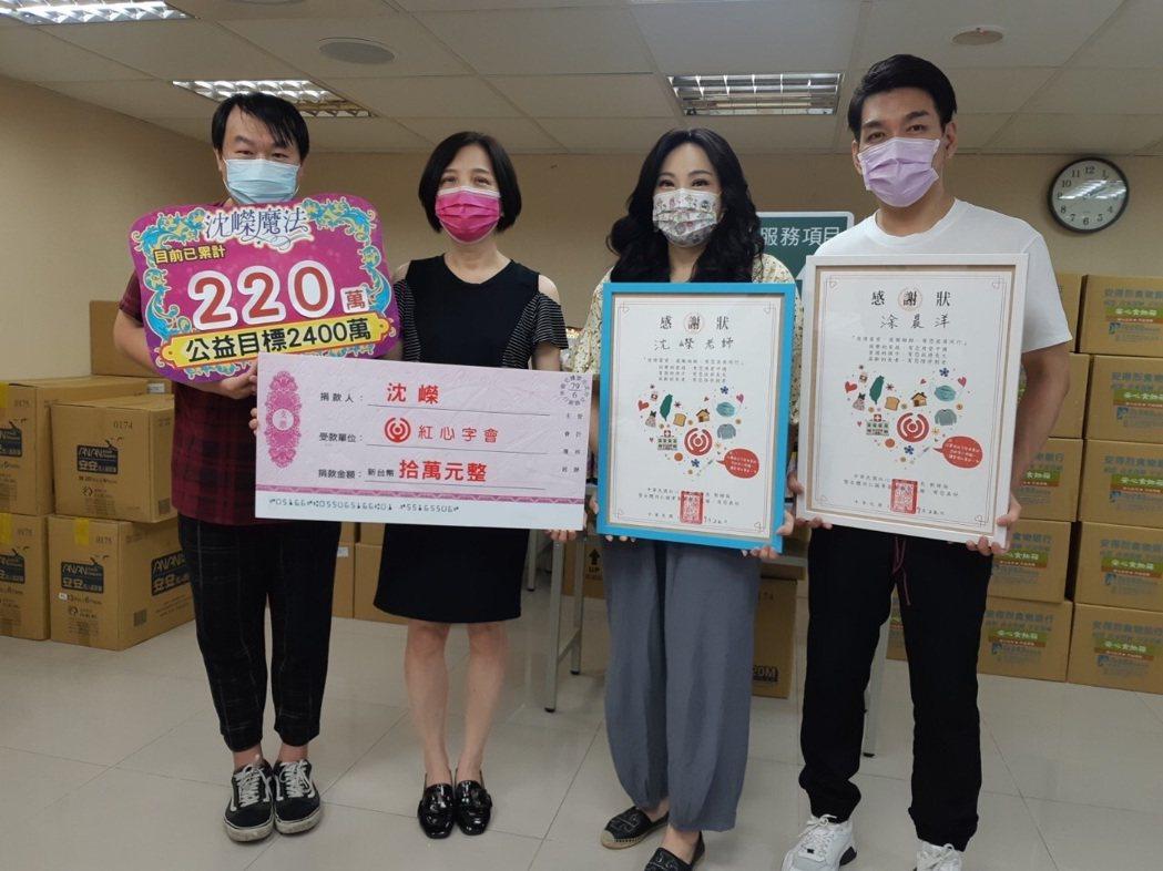 紅心字會特助司徒建銘(左起)、秘書長李顯文接受沈嶸、演員涂晨洋的捐贈。圖/紅心字