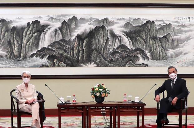 美國常務副國務卿薛曼在天津一號賓館與中國大陸國務委員兼外長王毅會面。(美聯社)