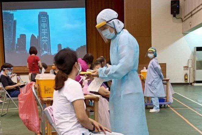 中市昨起調撥疫苗,為國、高中教師接種,部分教師抱怨得越區奔波;圖非當事人。圖/中市新聞局提供