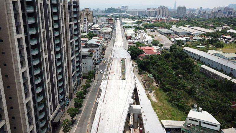 新店安坑輕軌土建主結構已經完成,將開始鋪設軌道及安裝機電系統設備,預計明年底通車。圖/新北捷運局提供