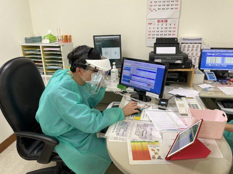 亞東紀念醫院從5月中開放大量科別及診次的遠距醫療,疫情最高峰時,遠距門診服務量占全部門診數10%。圖/亞東醫院提供