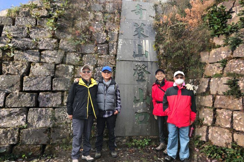 周懷樸(左起)、林思賢、杜博文、王伯輝重登奇萊山憶亡友。圖/清大提供