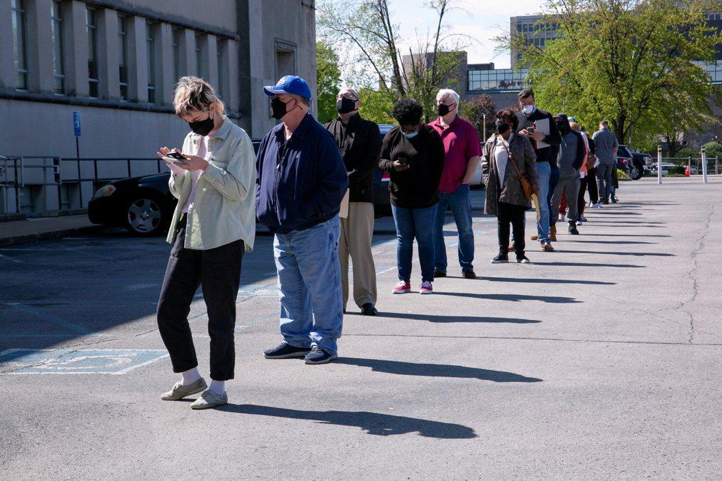 全球失業危機中,45歲到65歲族群首當其衝。圖為肯塔基州路易維爾,一處就業服務中...