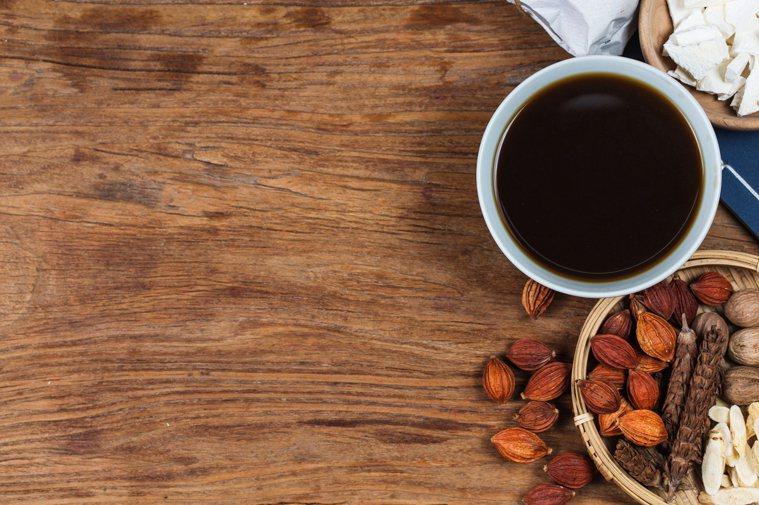 中醫師鄒瑋倫傳授透過茶飲、穴位按壓等方法防疫。圖╱123RF