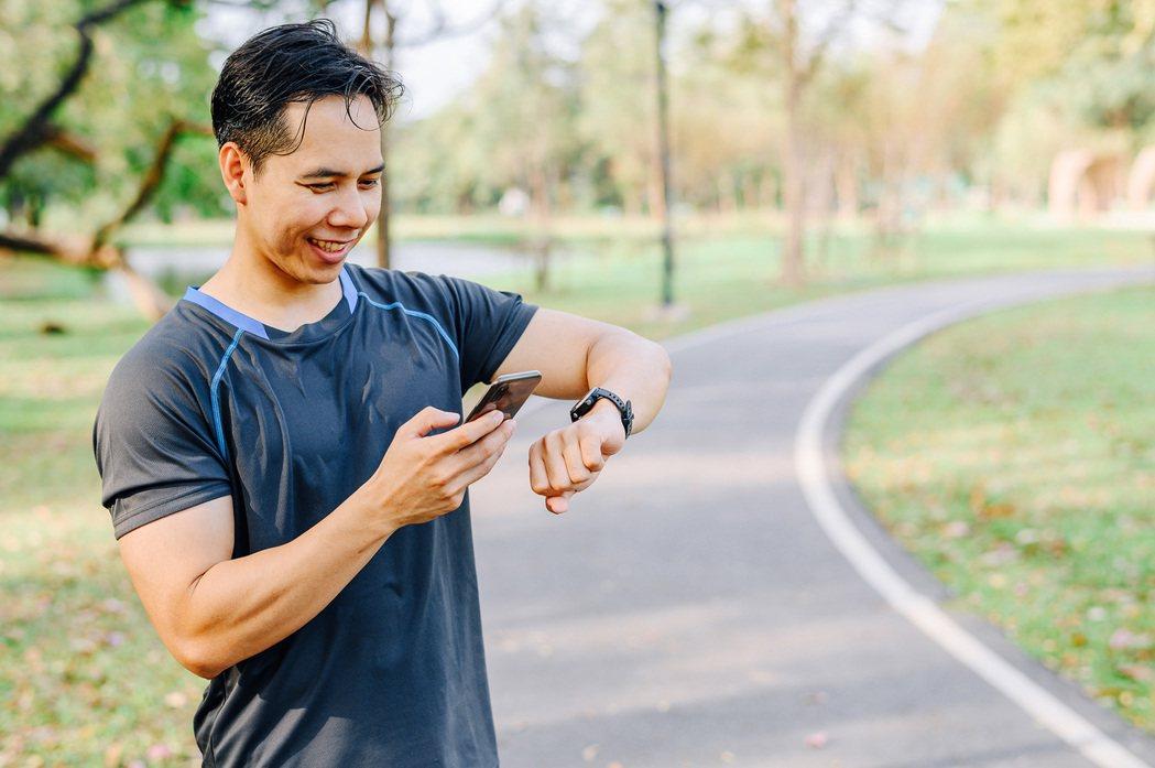 南山人壽致力推廣智能健康管理服務「BAM活力洋溢App」,協助保戶了解自身體況、...
