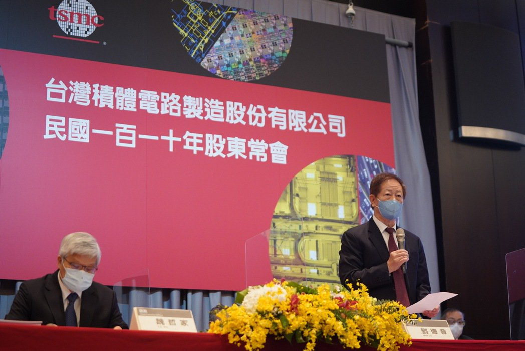 台積電董事長劉德音(右)與總裁魏哲家昨天主持股東會。台積電/提供