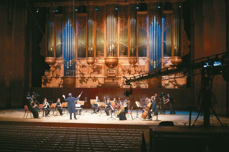 國家音樂廳開館音樂會周六登場,是呂紹嘉以藝術顧問身分指揮國家交響樂團的最後一場音樂會。圖為去年解封後首場國家級音樂會,也由呂紹嘉指揮。圖/兩廳院提供