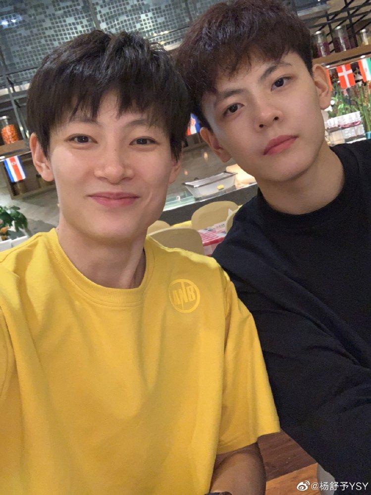 楊舒予(右)與姊姊楊力維都是大陸籃球選手。圖/摘自微博