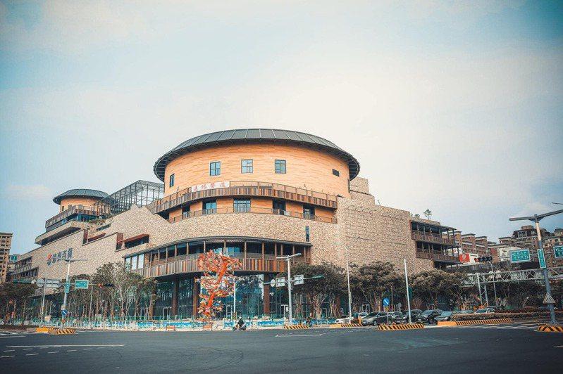 建築外型注入客家土樓特色的遠百竹北店預計年底開幕。圖/摘自竹北遠東百貨吃喝玩樂社團