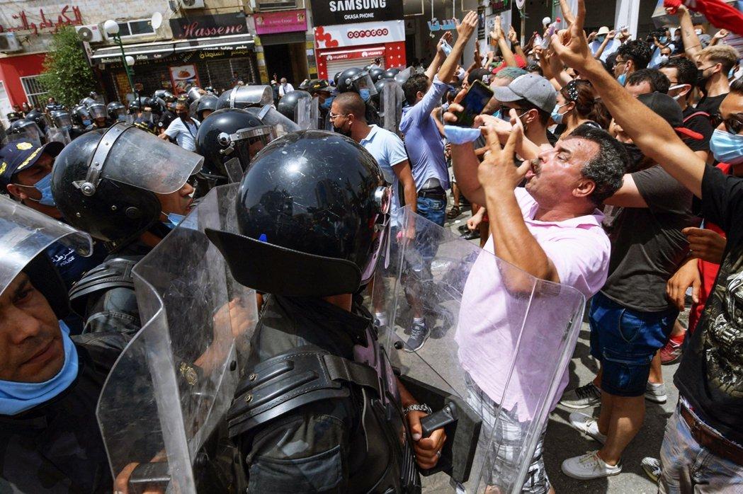 從周日晚間開始,突尼斯各區街頭都出現了「總統派」與「國會派」支持者的千人集結示威...