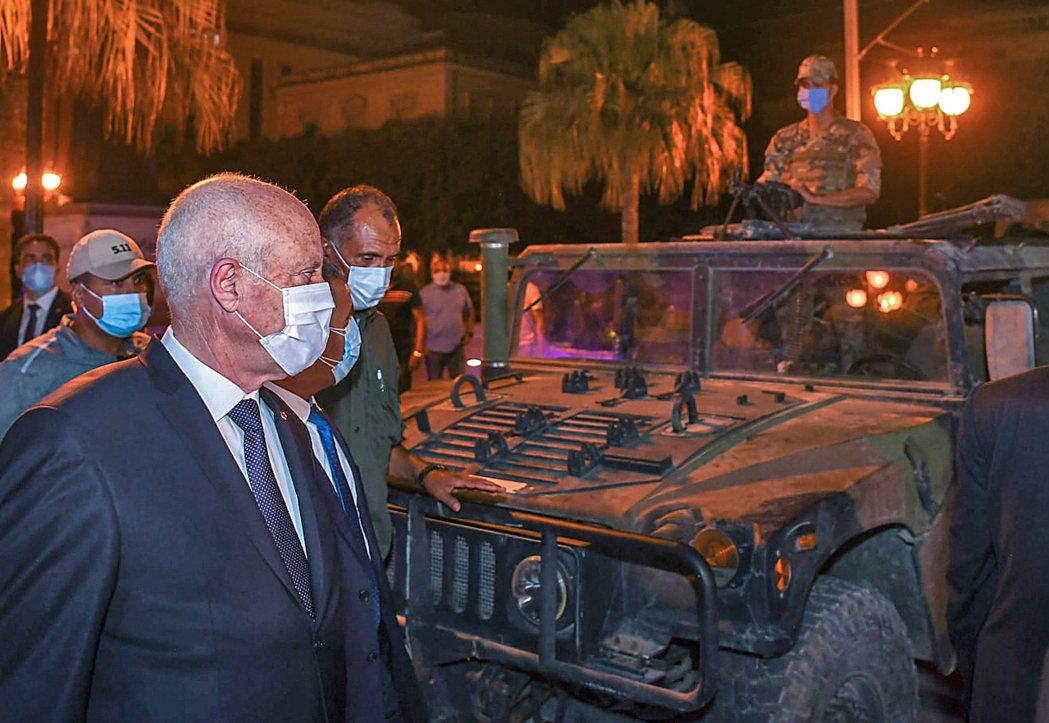 賽義德在26日同意軍方封鎖國會後,走過一輛軍用車。 圖/法新社
