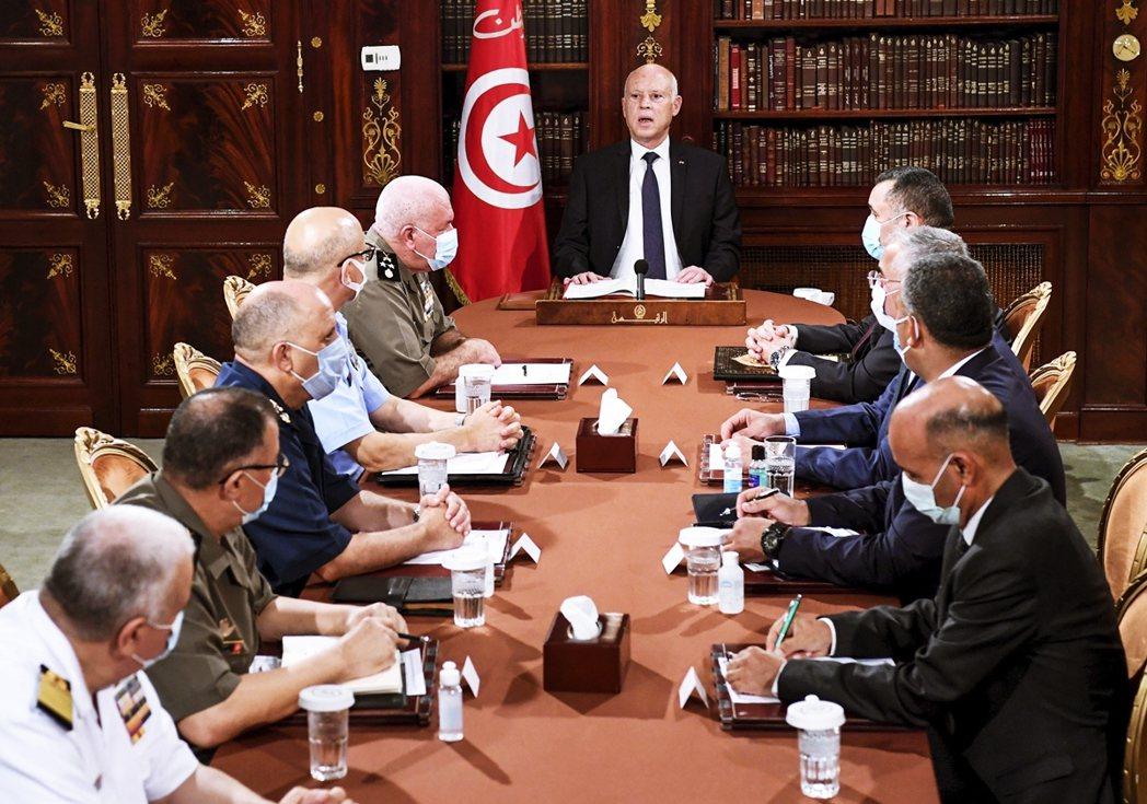 賽義德與軍隊警方召開安全會議。 圖/美聯社