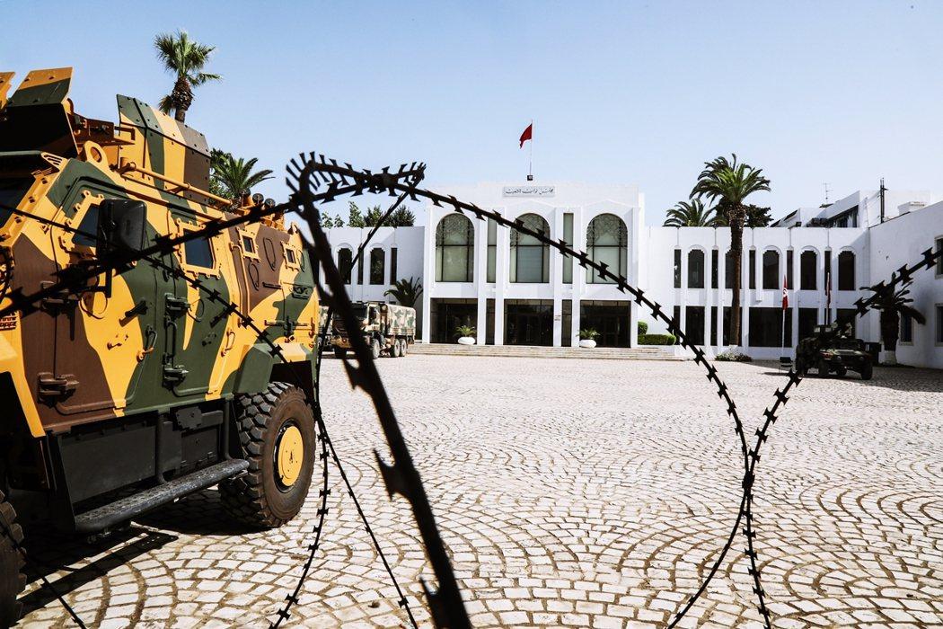 國會門口的軍用車。 圖/歐新社