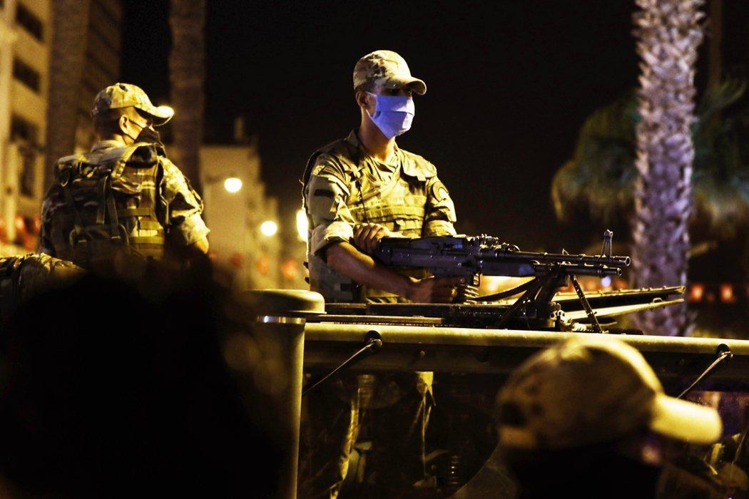 鎮守在突尼斯街道上的軍人。 圖/歐新社