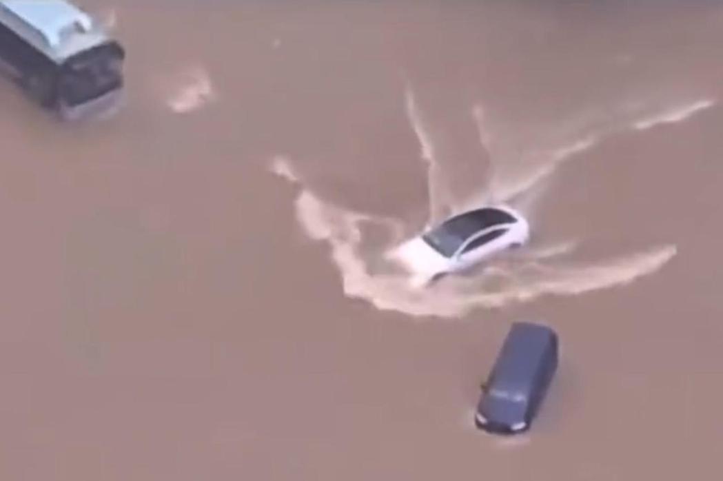 面臨洪水,Tesla Model 3依然仍順利啟動運行。 摘自Twitter影片