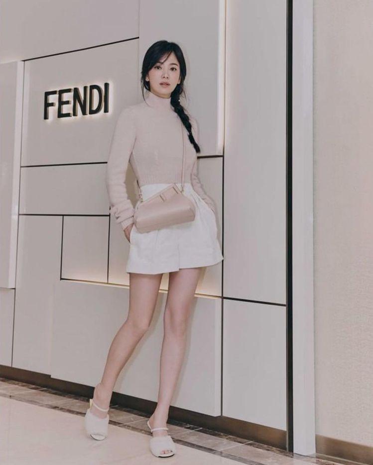 宋慧喬日前出席FENDI活動,梳起麻花辮、露出長腿,簡直是重返18歲。圖/取自I...