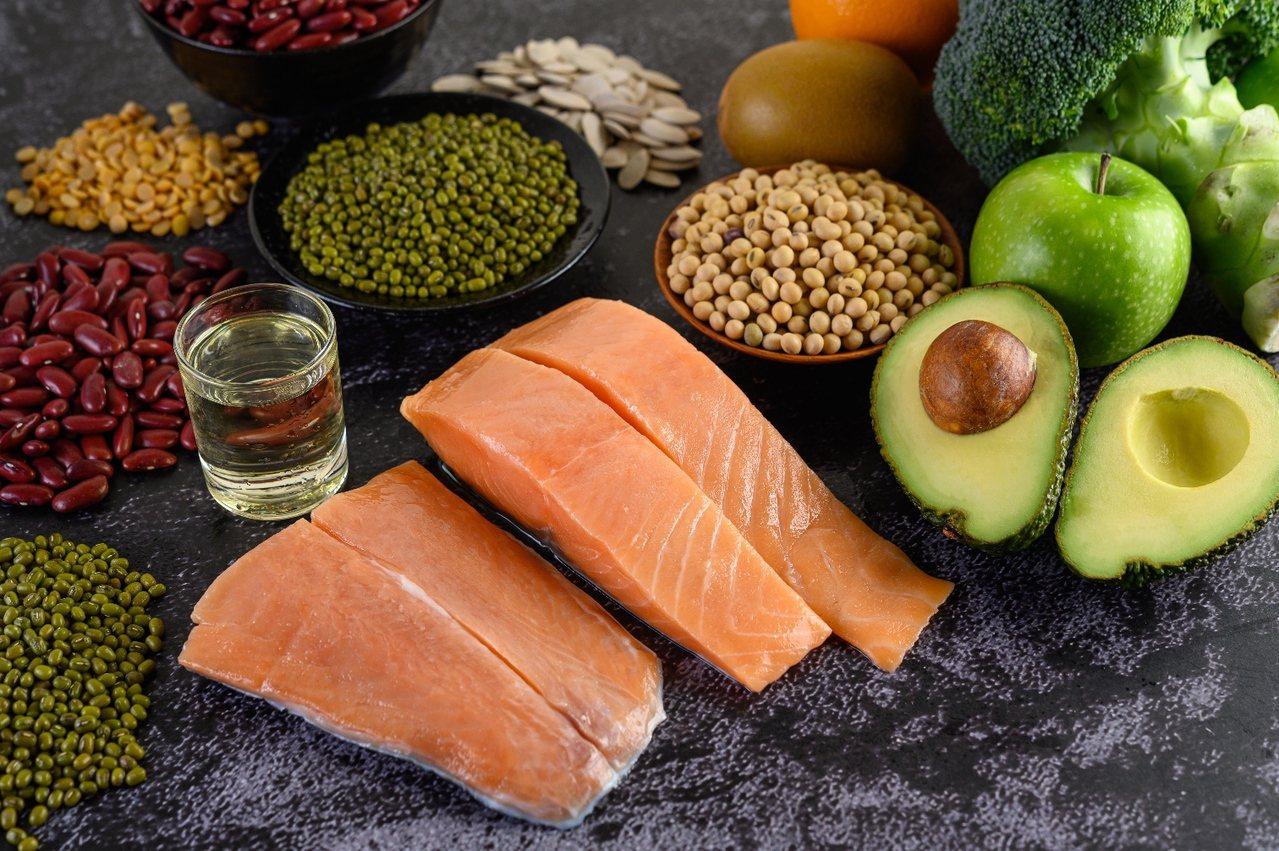 食物是基本營養的來源,但飲食不均衡或消化不良,易影響營養素的吸收與利用 圖/聯安...