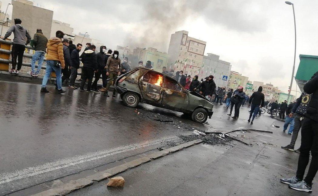 燃油補貼而爆發的大規模示威,當時德黑蘭示威者抗議油價上漲。 圖/法新社