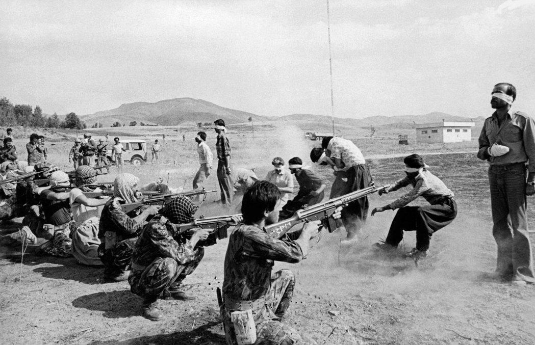 伊朗在1979年爆發伊斯蘭革命後,萊希在國內西南部的大城市擔任總檢察長,然後在1...