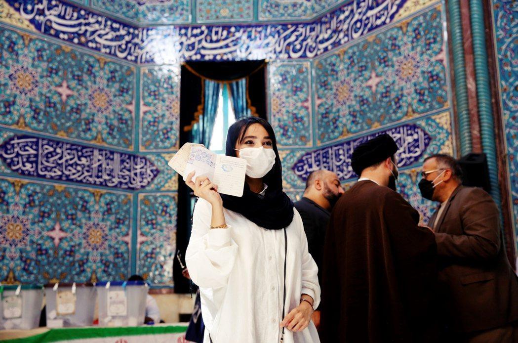 6月18日,在德黑蘭的清真寺內完成投票的伊朗少女。 圖/歐新社