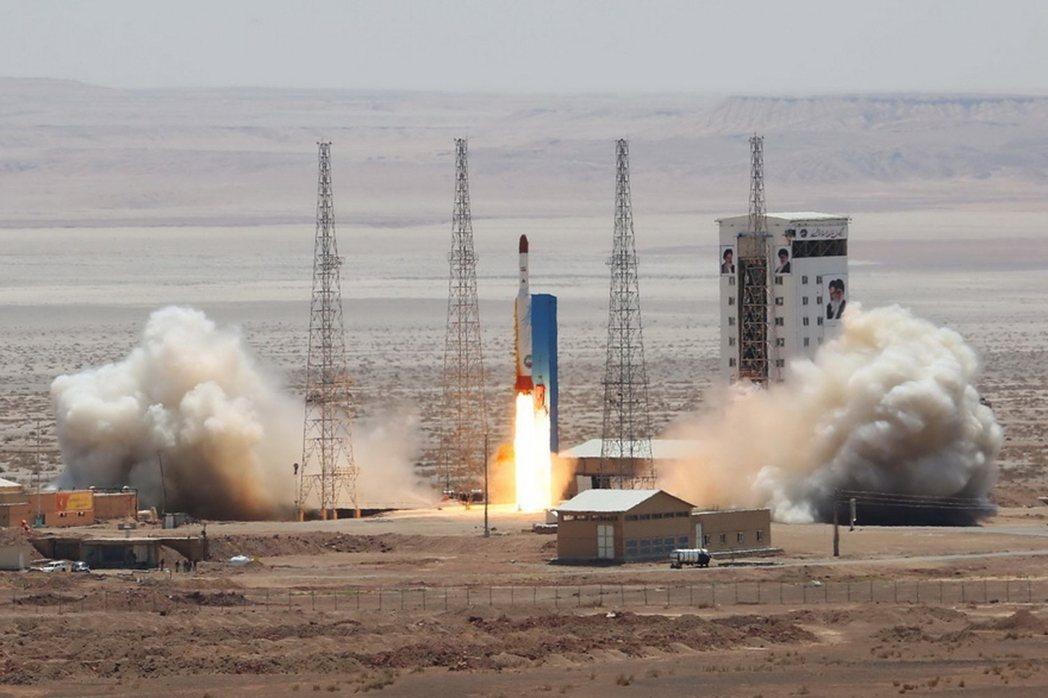 2017年伊朗試射失敗的鳳凰號火箭。雖然太空運載火箭多為科學用途,但其相關核心技...