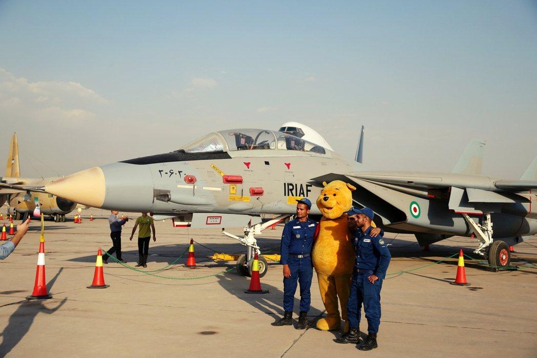 「解除制裁後,伊朗將獲得大量外資擴建它的軍事力量。」圖為伊朗空軍的F-14A戰鬥...