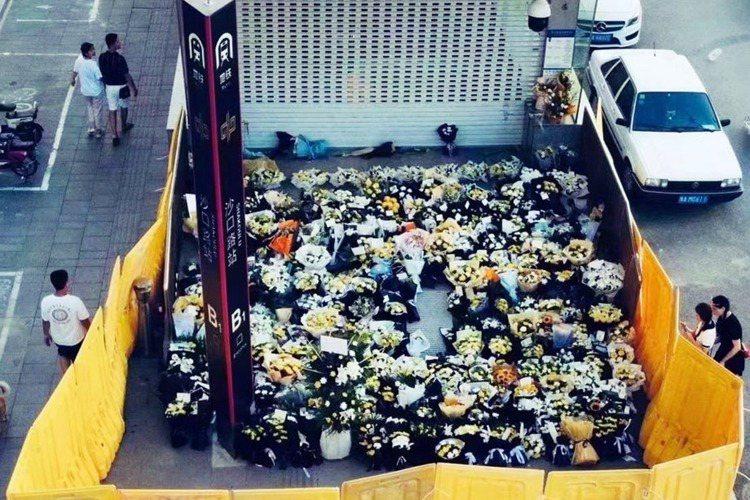 許多民眾自發前往鄭州地鐵沙口路站獻花,悼念先前在五號線事故中罹難的12人,不過此...
