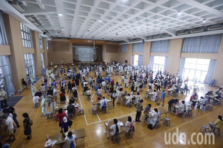 台南慈濟高中大型接種站。記者鄭維真/攝影