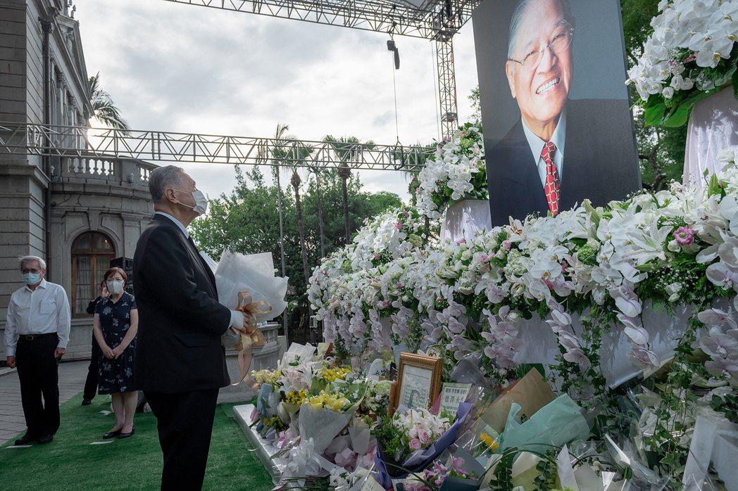 前總統李登輝於2020年7月30日逝世。圖為日本前首相森喜朗代表日方向李登輝遺像致意。 圖/總統府提供