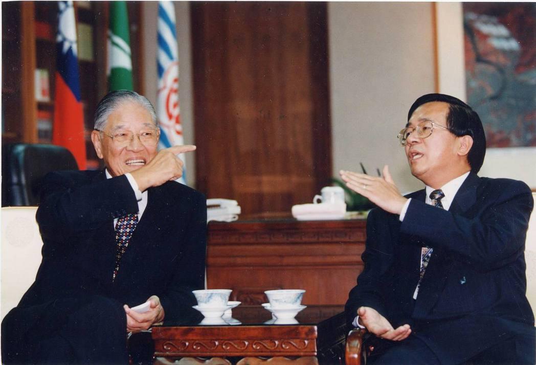 李登輝(左)與台灣首次政黨輪替的民選總統陳水扁(右)。 圖/聯合報系資料照
