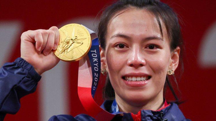 當登上舉重頒獎台,隨著象徵最高榮譽的國旗歌響起,台灣民眾與郭婞淳一樣都紅了眼框。...