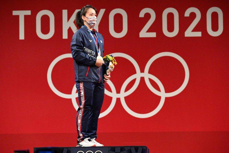 我國「舉重女神」郭婞淳今天在東京奧運女子59公斤級比賽中展現壓倒性實力,毫無懸念以抓舉103公斤、挺舉133公斤、總和236公斤奪下金牌,她在拿到獎牌後泛紅了眼眶。 法新社
