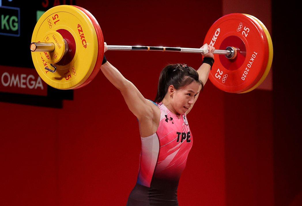 我國「舉重女神」郭婞淳在東京奧運女子59公斤級比賽中展現壓倒性實力,毫無懸念以抓...