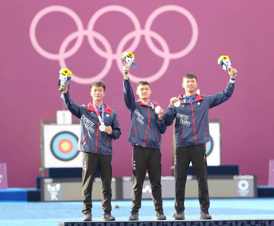 中華射箭隊男團奪下銀牌,追平2004年雅典奧運最佳成績。圖/體育署