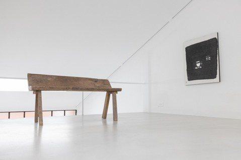 聿文的「器與物畫展」,畫中器物安靜的建構出黑白的空間,極似版畫的毛筆畫,隨著墨水...