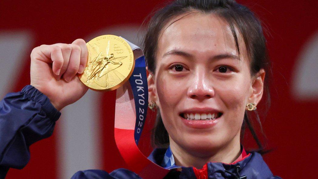 台灣「舉重女神」郭婞淳在東京奧運摘金,國光獎金加上贊助商的「助威金」,至少將有2
