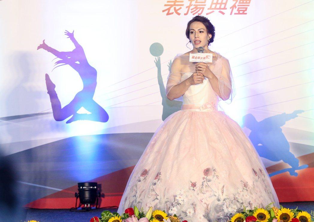 「舉重女神」穿上一身婚紗展現溫柔氣質。報系資料照