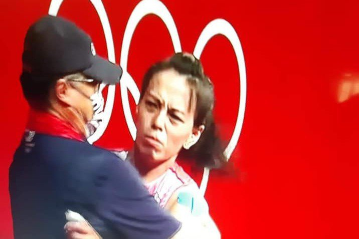 郭婞淳與教練林敬能擁抱。 取自畫面