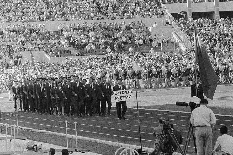 1960年國際奧會年會決議,中華民國改以「台灣」(英文名稱:FORMOSA)的名義參賽,中華奧會和國際奧會溝通無效後,在開幕典禮中由走在入場代表團最前頭的當時總幹事林鴻坦展示「Under Protest」的白布橫幅,以示抗議。 圖/維基共享