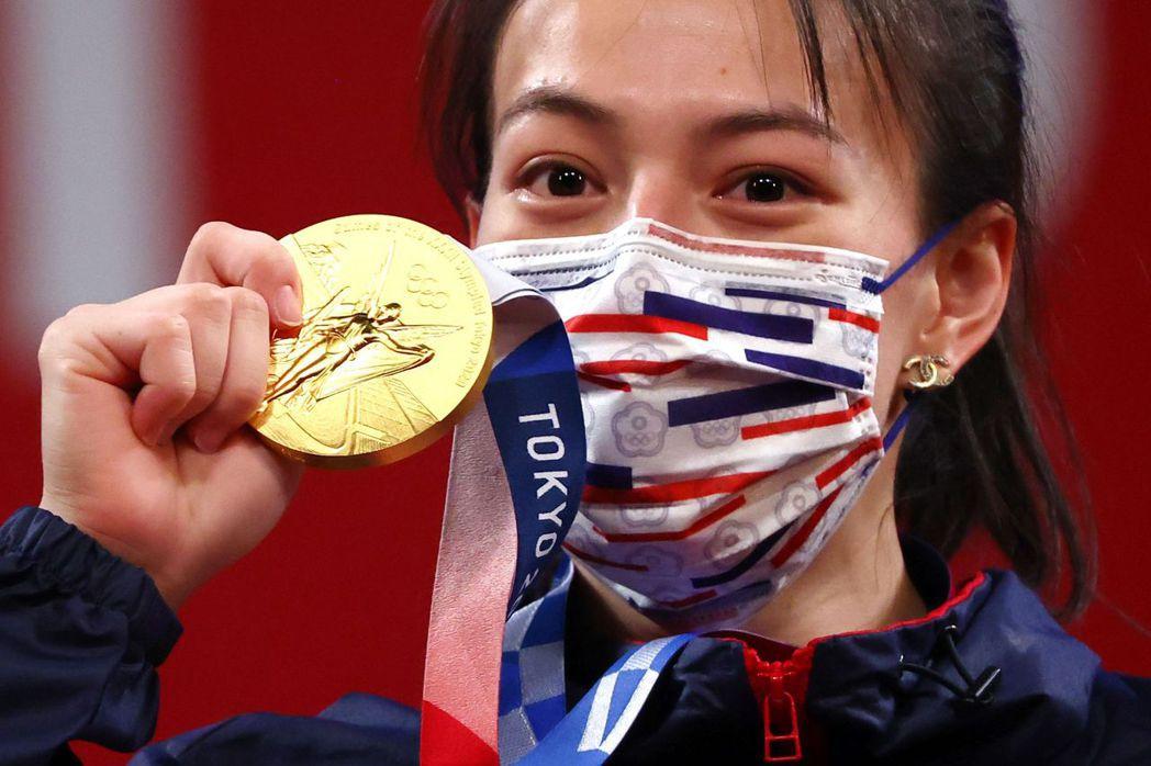 圖為我國舉重選手郭婞淳在東京奧運女子59公斤級比賽中以抓舉103公斤、挺舉133公斤、總和236公斤奪下金牌。 圖/路透社
