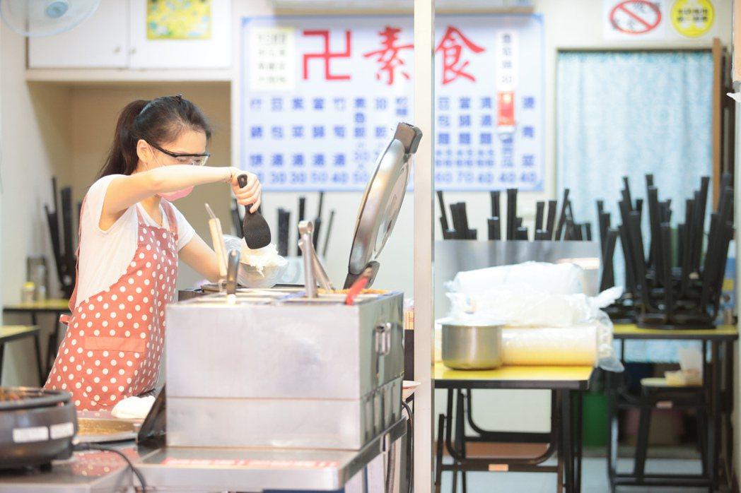 全國防疫三級警戒今起降為二級防疫降級,中央流行疫情指揮中心宣布餐飲業可有條件內用...