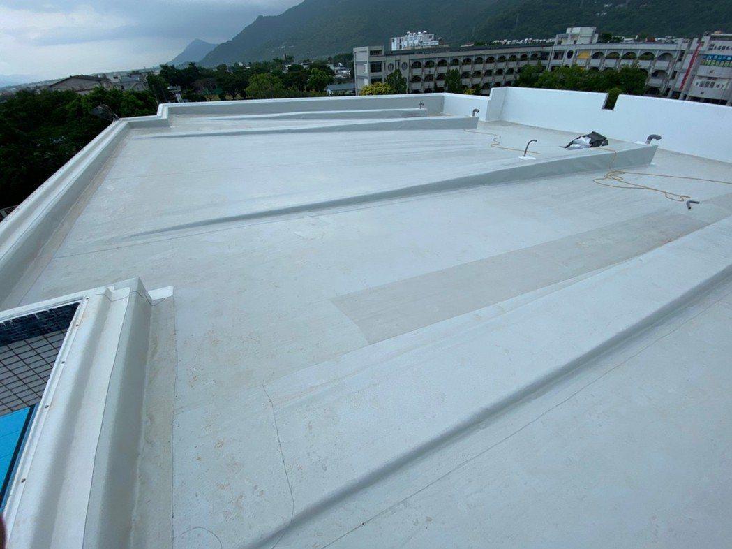 特殊造型屋頂也能透過屋頂雨衣解決漏水問題。阿布/提供。