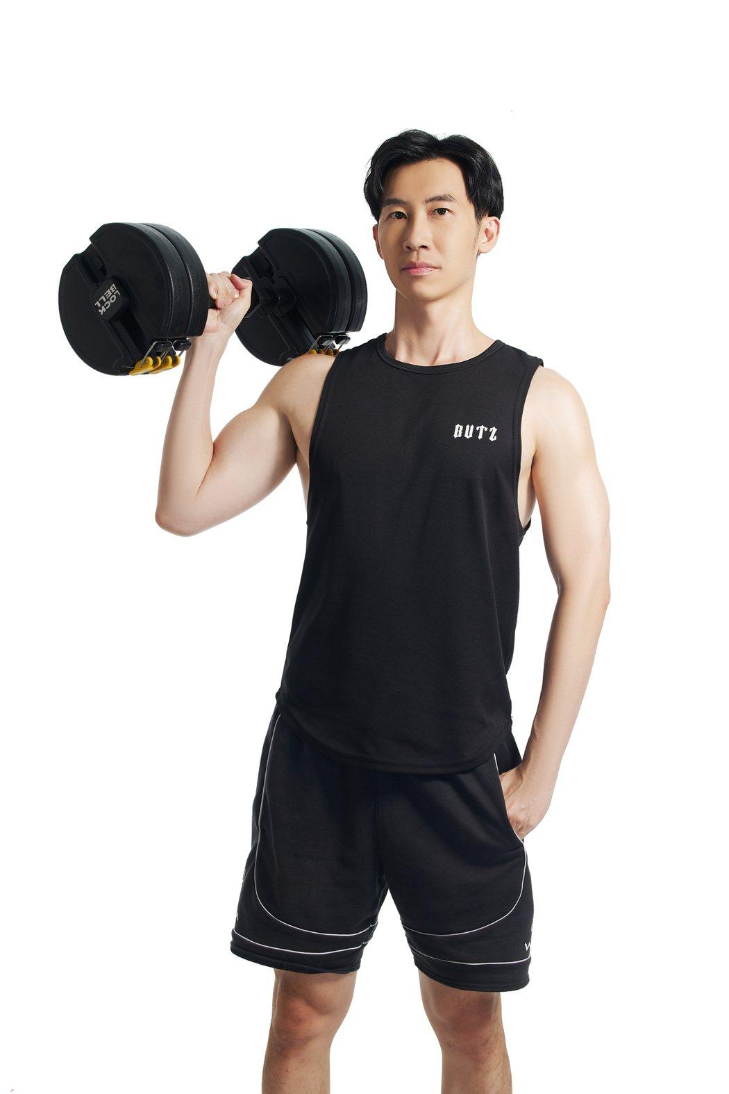 型男醫師蕭捷健最新代言,大方展現好身材。