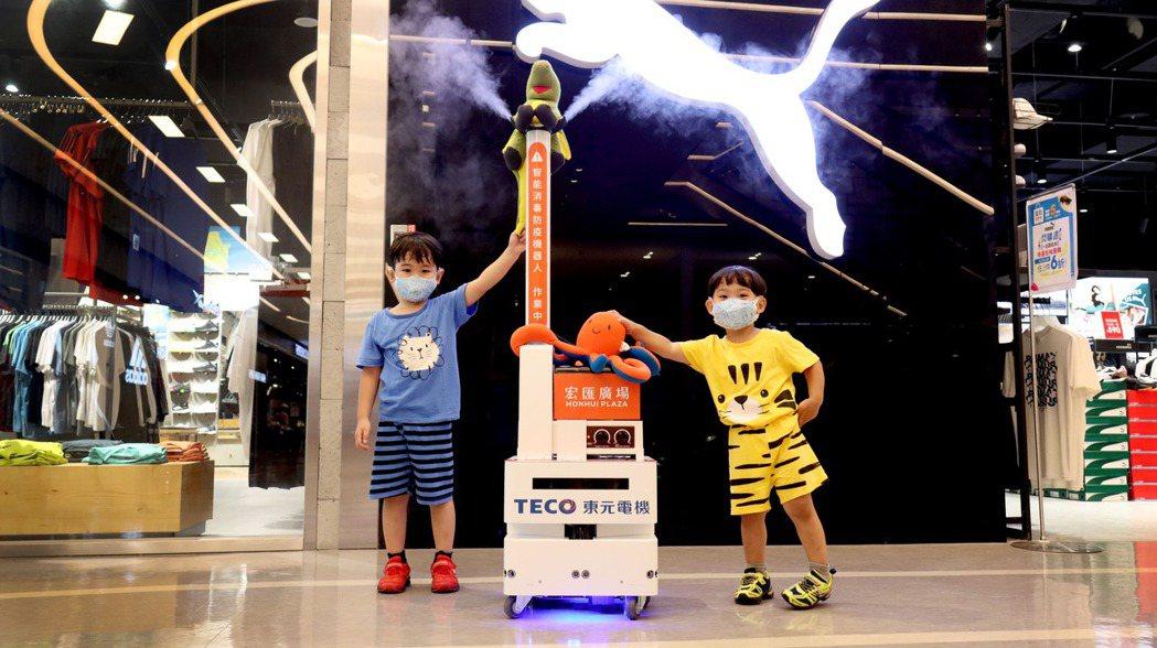 智能消毒防疫機器人來回不停地穿梭在商場各樓層。業者/提供