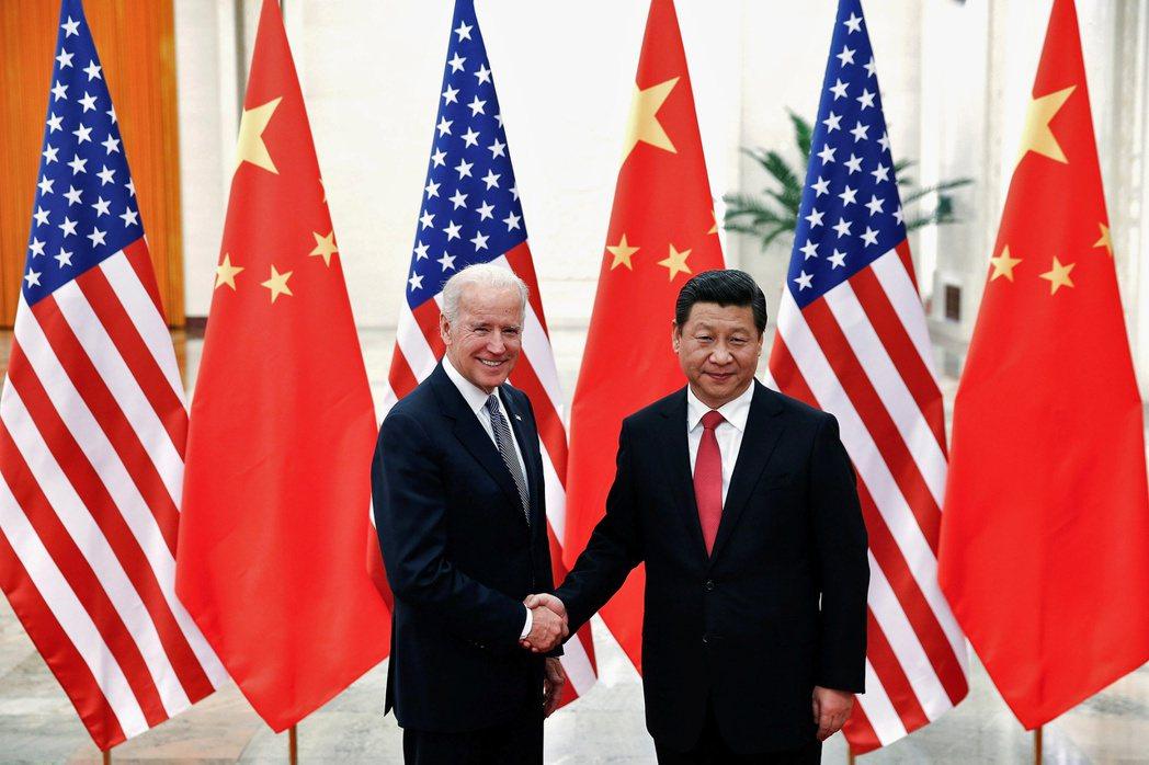 美國總統拜登(左)10月將重逢大陸國家主席習近平。圖為兩人2013年在北京合照。...