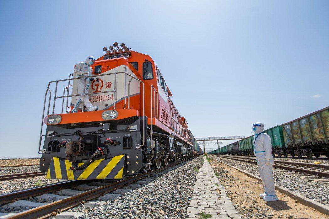 二連浩特口岸是大陸「一帶一路」建設和「中蒙俄經濟走廊」上的重要節點。 新華社