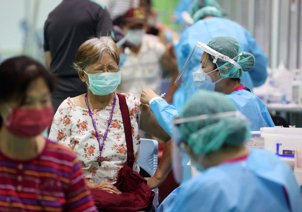 圖為民眾施打疫苗(記者林澔一/攝影)