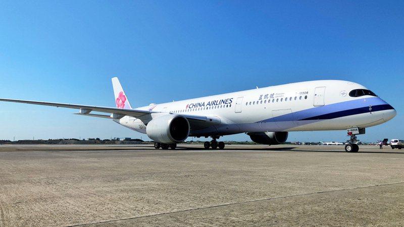 台灣自購約58.2萬劑阿斯特捷利康(AstraZeneca)疫苗27日由泰國曼谷起飛,下午3時14分運抵桃園國際機場。中央社