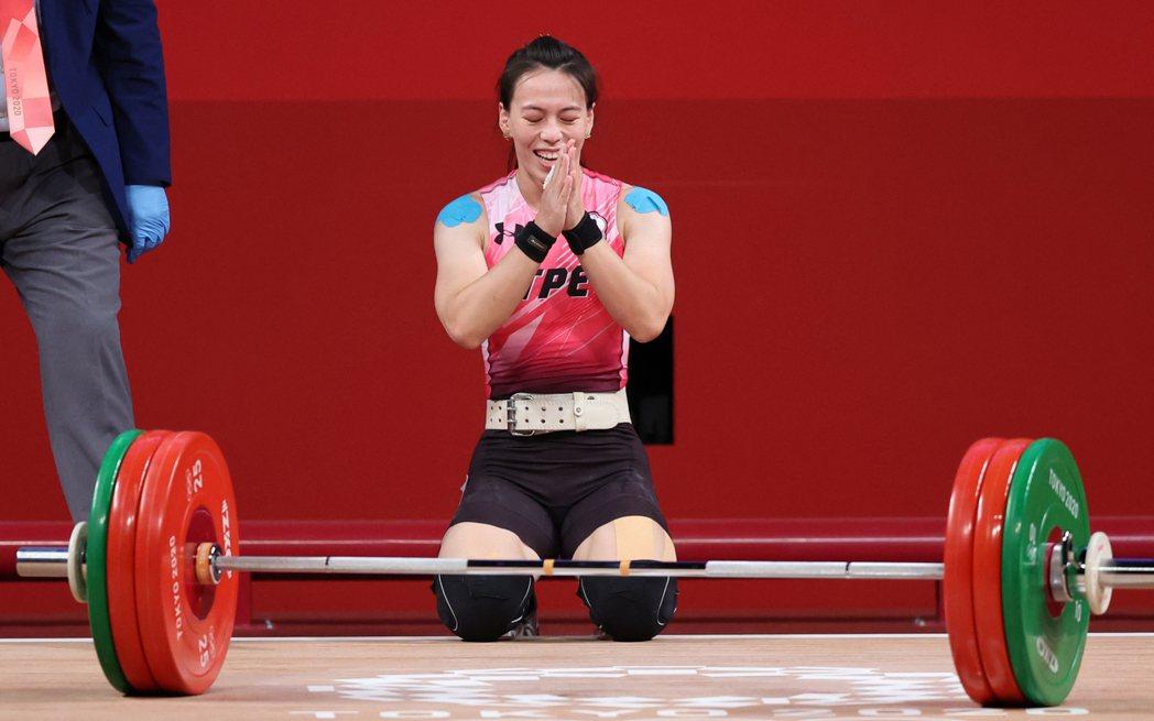 我國「舉重女神」郭婞淳在東京奧運女子59公斤級比賽中展現壓倒性實力,毫無懸念以抓
